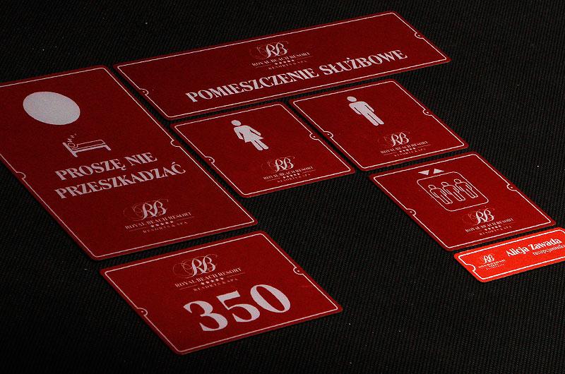 Zestaw tabliczek samoprzylepnych z numerami i opisami na drzwi dla hotelu