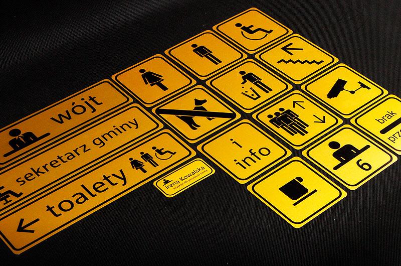 Zestaw tabliczek z numerami na drzwi dla urzędu
