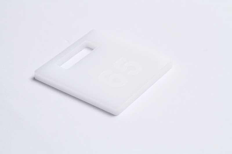 Biały grawerowany numerek do kluczy