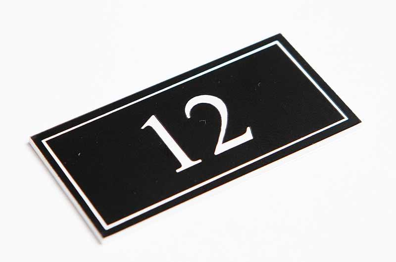 Numerek na drzwi czarno-biały laminat