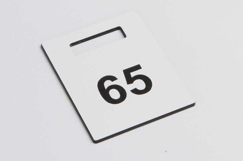 Biało-czarny numerek do szatni
