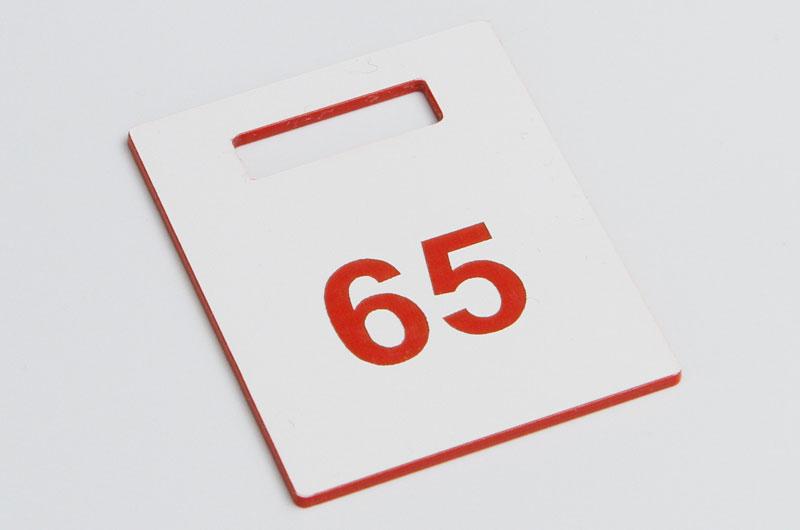 Biało-czerwony numerek do szatni