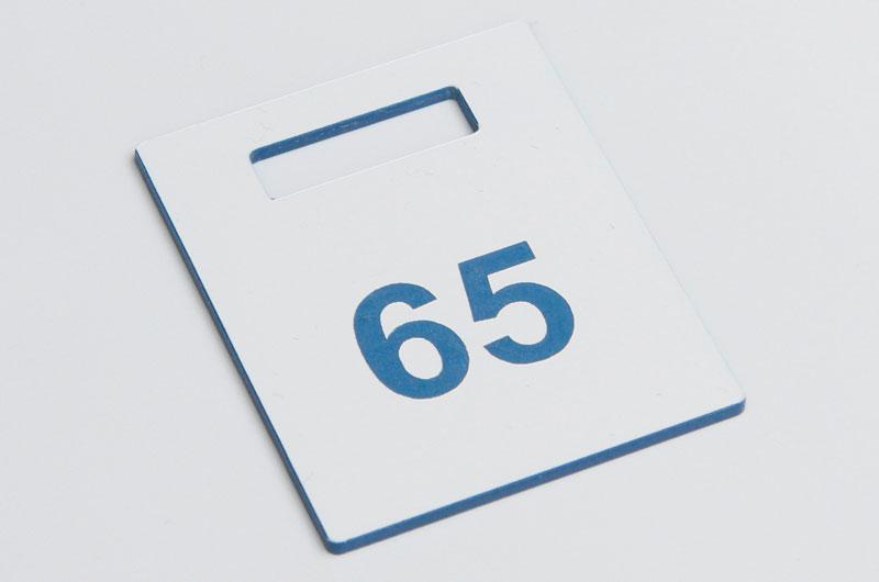 Biało-niebieski numerek do szatni