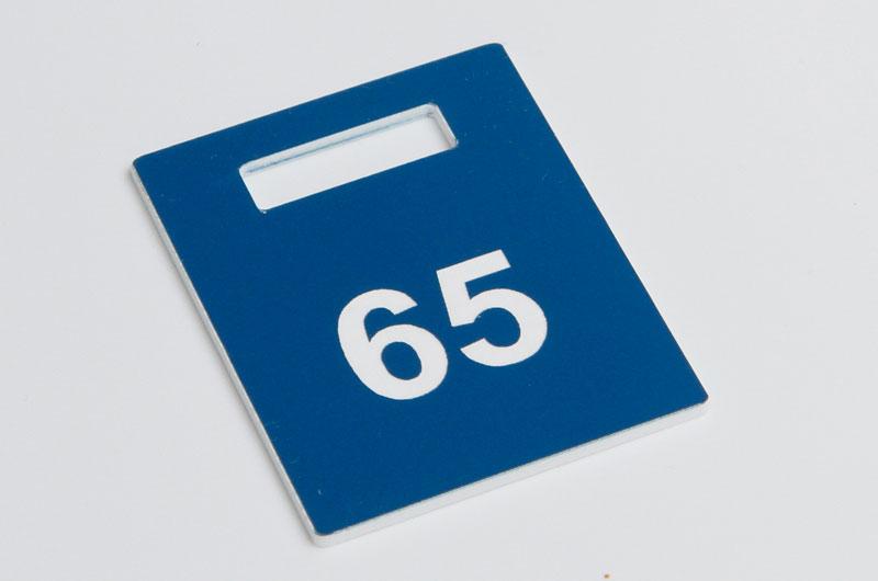 Niebiesko-biały numerek do szatni