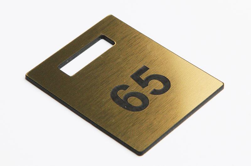 Złoto-czarny numerek do szatni