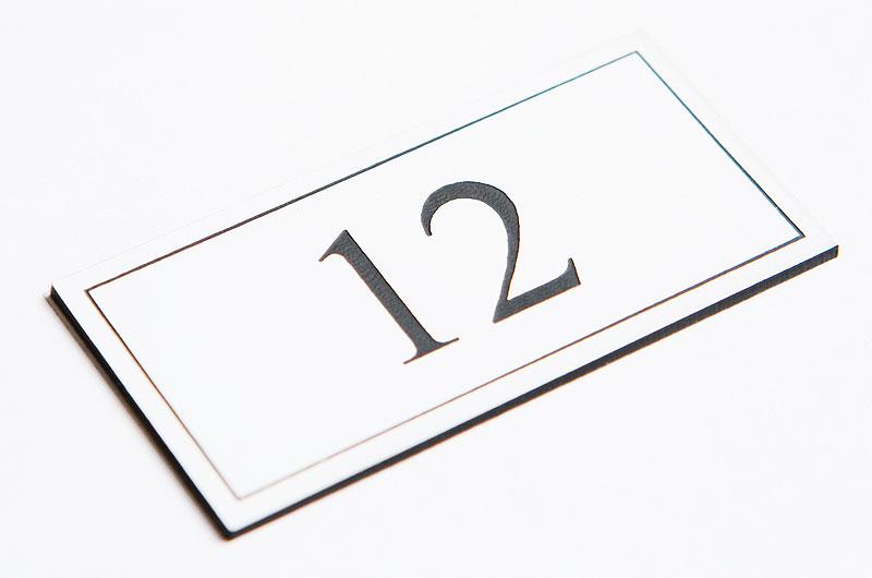 Numerek na drzwi biało-czarny laminat