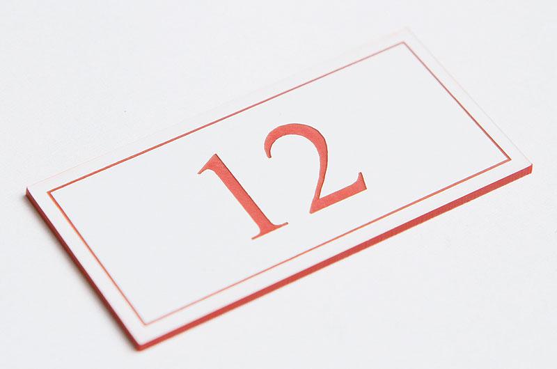 Numerek na drzwi biało-czerwony laminat