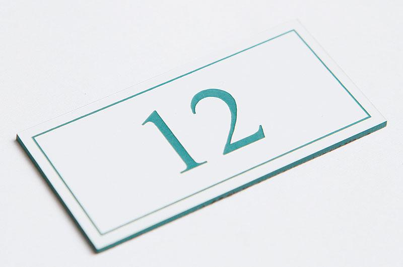 Numerek na drzwi biało-zielony laminat