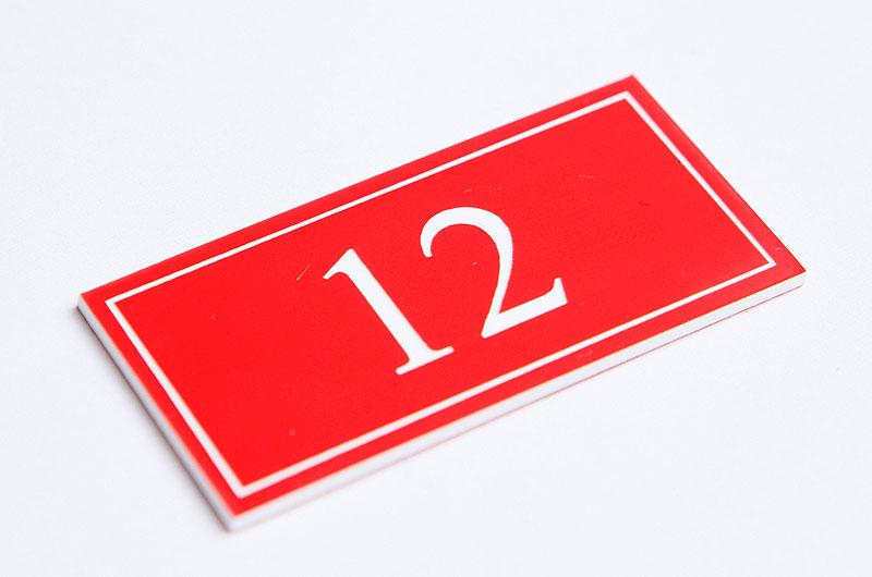 Numerek na drzwi czerwono-biały laminat