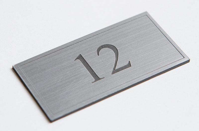 Numerek na drzwi srebrno-czarny laminat