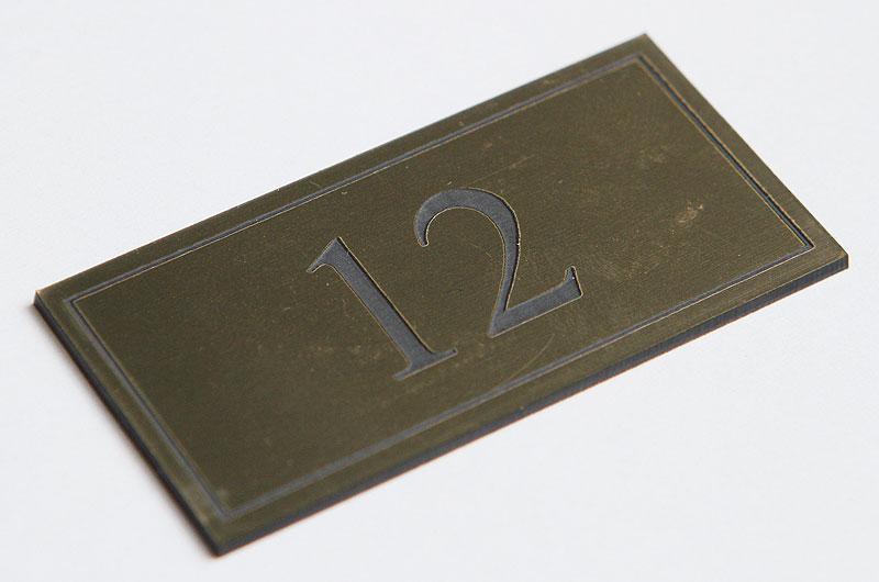 Numerek na drzwi złoto-czarny laminat