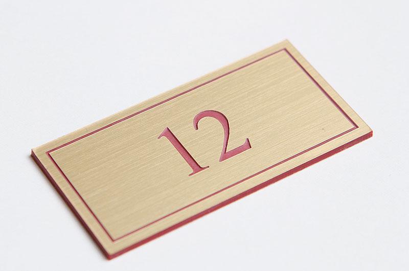 Numerek na drzwi złoto-czerwony laminat