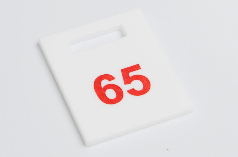Numerek do szatni nieścieralny biało-czerwony