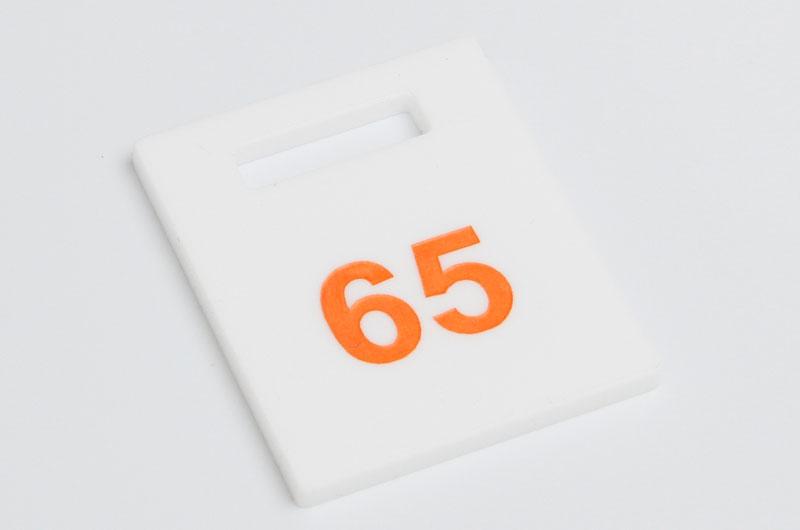 Numerek do szatni nieścieralny biało-pomarańczowy