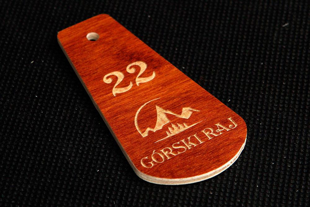 Drewniany numerek zawieszka do kluczy