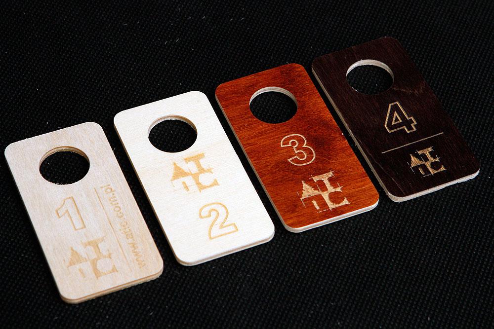 Drewniane zawieszki numerki do szatni i kluczy