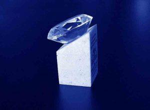 Szklany diament na podstawce z corianu widok z boku