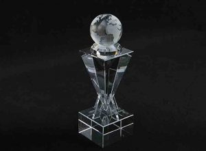Szklana statuetka kula ziemska 3
