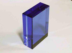 Szklana statuetka granatowy prostopadłościan