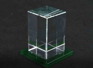 Szklana statuetka prostopadłościan na zielonej podstawce