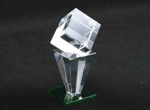 Szklana statuetka sześcian na piramidzie