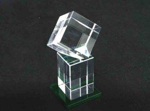 Szklana statuetka sześcian na prostopadłościanie