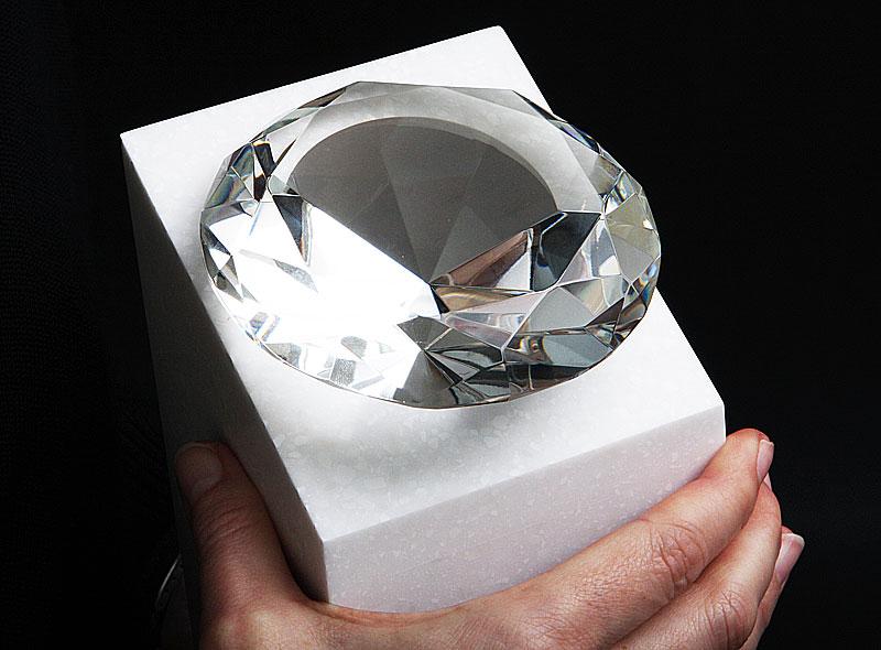 Statuetka diamentowa osobowość roku widok szklany diament