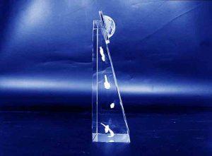 Szklana statuetka z kulą ziemską widok z boku