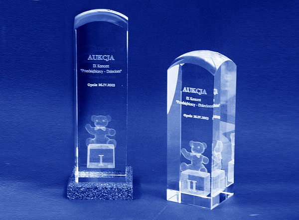 Szklane statuetki pamiątkowe z aukcji przedsiębiorcy dzieciom