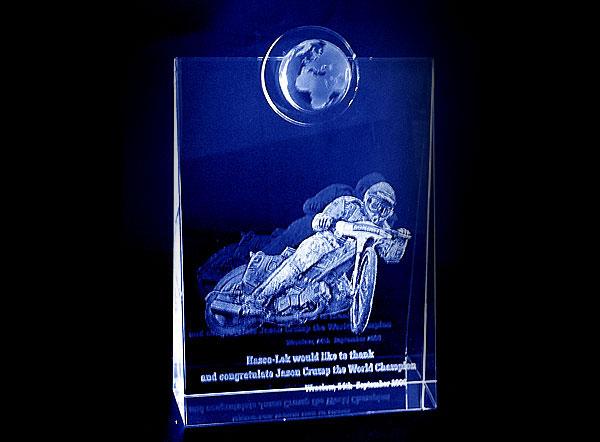 Szklana statuetka nagroda w wyścigach żużlowych widok z przodu