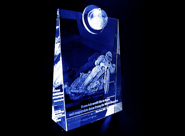 Szklana statuetka nagroda w wyścigach żużlowych widok z boku