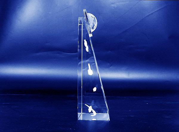 Szklana statuetka pamiątkowa transakcji widok z boku