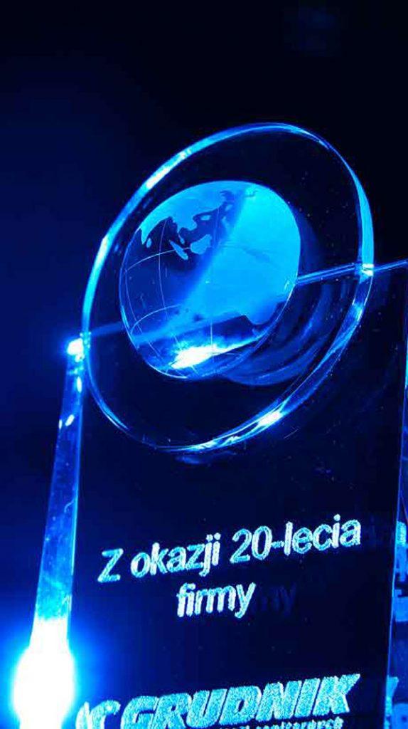 Szklana statuetka powiększenie detalu kuli ziemskiej