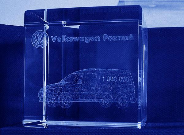 Szklana statuetka pamiątka produkcji milionowego samochodu