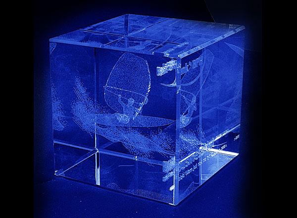 Szklana statuetka podziękowanie od banku widok z tyłu