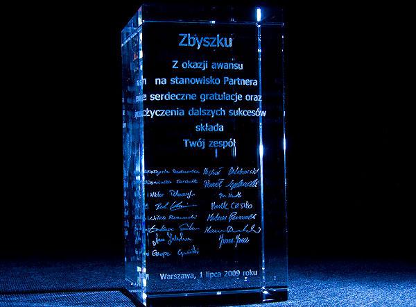 Szklana statuetka z okazji awansu