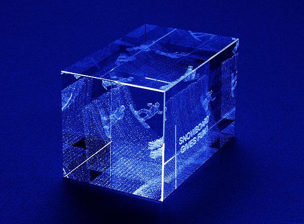 Szklana statuetka nagroda w zawodach w snowpark'u widok z boku