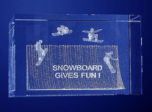 Szklana statuetka nagroda w zawodach w snowparku widok z przodu