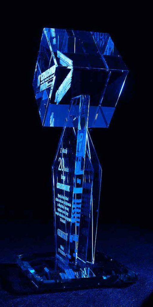 Szklana statuetka na zamówienie widok z boku