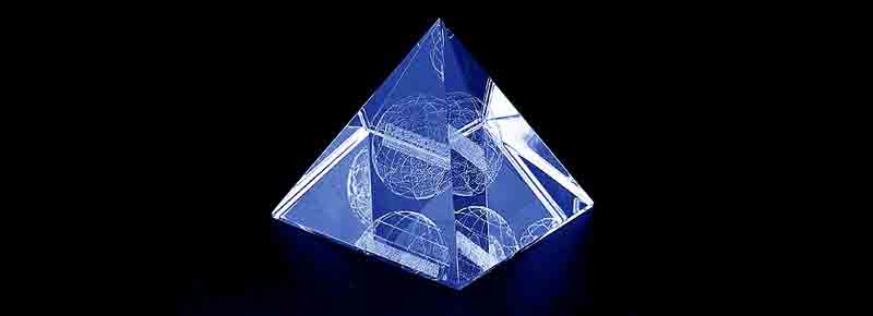 Szklana statuetka piramida