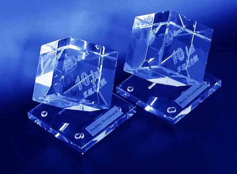 Szklana statuetka sześcian ze ściętym narożnikiem na podstawce widok z boku