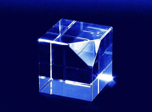 Szklana statuetka sześcian ze ściętym narożnikiem