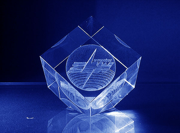 Szklana statuetka sześcian ze ściętym narożnikiem znak firmowy