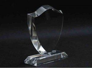 Szklana statuetka herb tarcza widok z boku