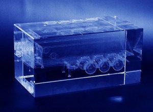 Naczepa wygrawerowana w 3d w szklanej statuetce - perspektywa