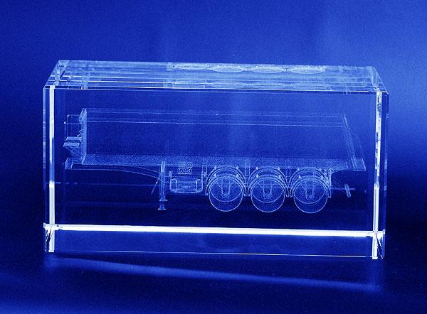 Naczepa wygrawerowana w 3d w szklanej statuetce - widok z boku