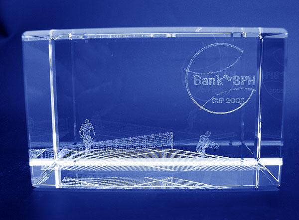 Szklana statuetka nagroda w tenisowych zawodach sportowych - widok z przodu