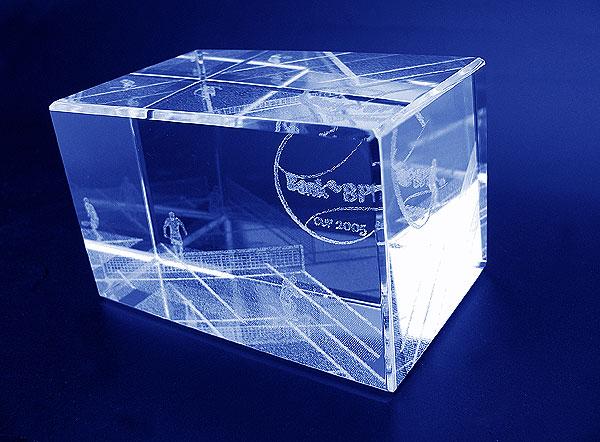 Szklana statuetka nagroda w tenisowych zawodach sportowych - perspektywa