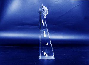 Firmowa pamiątka transakcji statuetka szklana grawerowana 3d - widok z boku