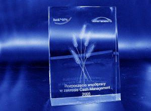 Pamiątkowa szklana statuetka z okazji rozpoczęcia współpracy